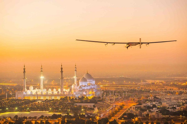 Solar Impulse 2 flies over the Sheikh Zayed Grand Mosque in Abu Dhabi_600